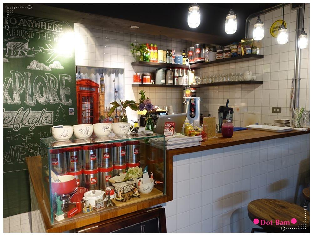 任意門旅行風咖啡館Anywhere Cafe %26; Travel 吧檯.JPG