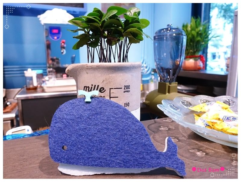 52HZ COFFEE BAR 鯨魚2.JPG
